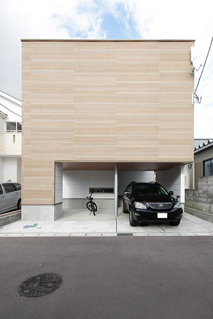 敷地の小ささをカバーする為のガレージプラン/フラットのガルバリウム鋼板採用