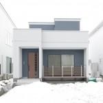 ストライプ柄のブルーとホワイトの外壁を組合せた爽やかな外観。