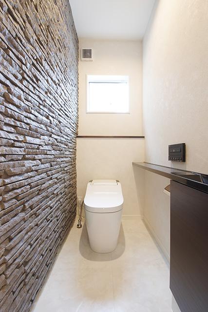 リビング、1階トイレには外装材を使用し、ラグジュアリーに