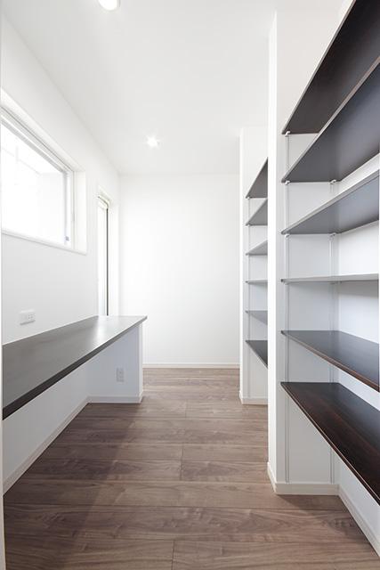 2階寝室、ホールから行き来できる回廊性のある書斎。