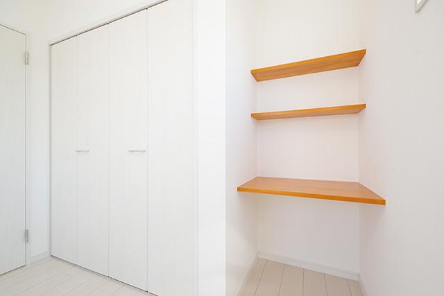 子供室にはそれぞれ備え付けのデスクスペースと、教科書置場も確保