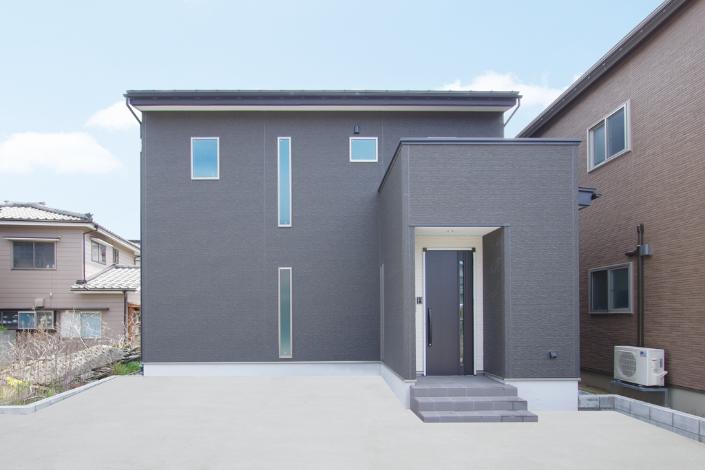 ハーバーハウスの新築 家づくり 事例「畳敷きのダイニングスペースがあるモノトーンな外観の家」