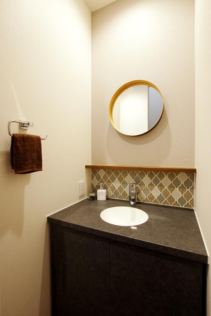 玄関ホールには造作洗面台を設置。<br>使い勝手とデザイン性を兼ね揃えています。