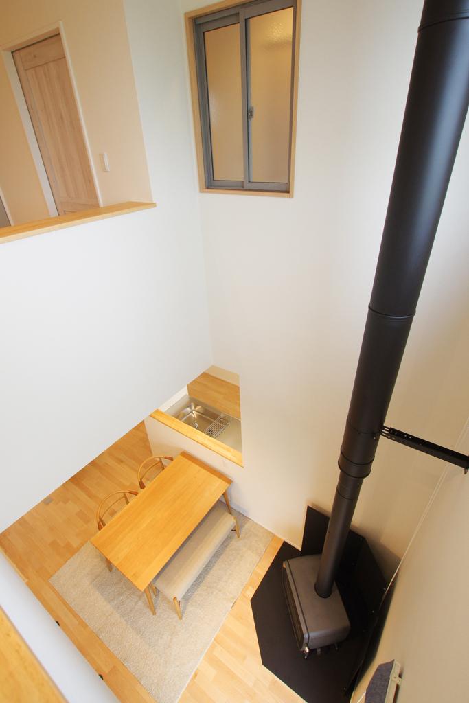 ハーバーハウスの新築 家づくり 事例「RONA 中心に薪ストーブがあるガルバリウム外壁の家」(RONA)