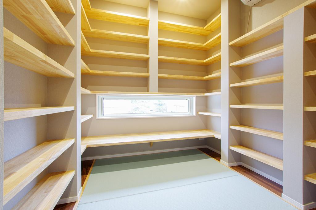 ハーバーハウスの新築 家づくり 事例「たっぷりの書棚を造作した畳敷きの書斎がある家」(IZU)