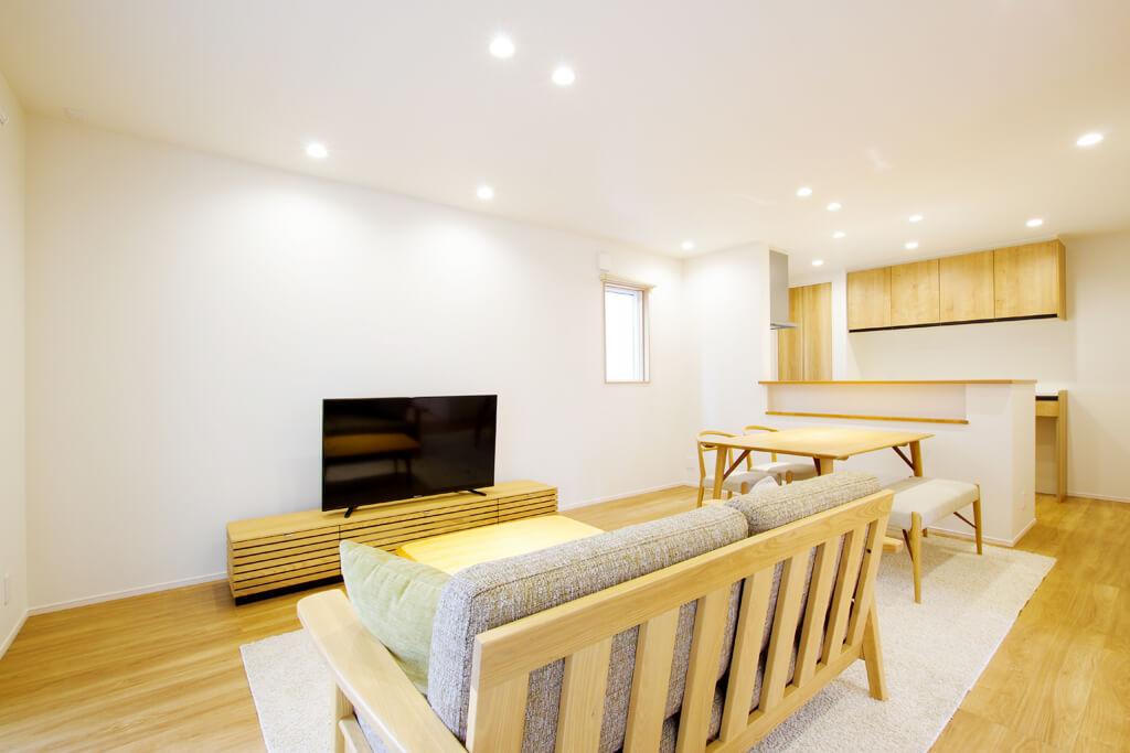 ハーバーハウスの新築 家づくり 事例「採光ばっちり&空間広々 片流れ屋根がアクセントのスクエアハウス」(IZU)