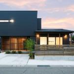 ハーバーハウスの施工事例 「ORGA LDKに設けた下屋と大きな窓で開放感抜群のガルバリウムハウス」(ORGA)