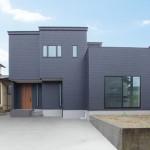 ハーバーハウスの施工事例 「ペニンシュラキッチンと勾配天井で開放的なLDKの家」 ※外構はイメージ合成です。