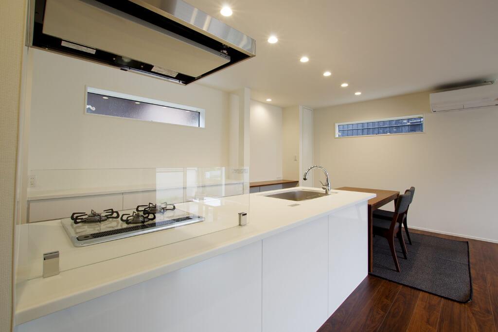 ハーバーハウスの新築 家づくり 事例「ペニンシュラキッチンと勾配天井で開放的なLDKの家」