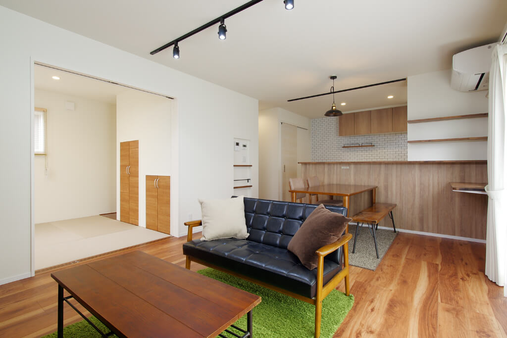 ハーバーハウスの新築 家づくり 事例「REVELTA アクセントクロスや造作が盛りだくさん!ナチュラルテイストのインナーガレージハウス」