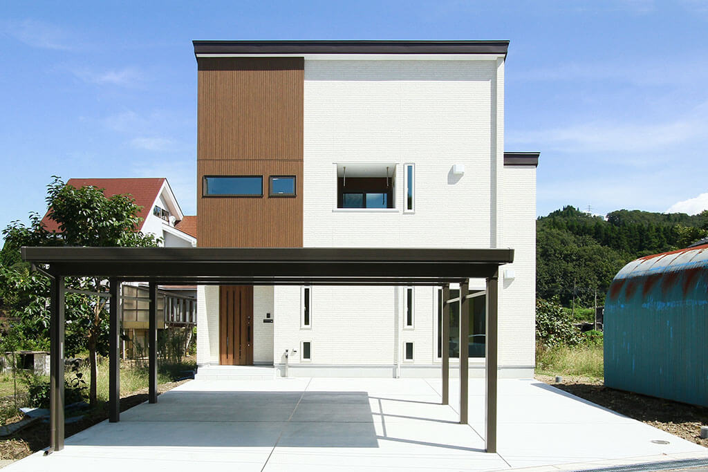 折り上げ天井で開放的なLDK!自然落雪屋根の家