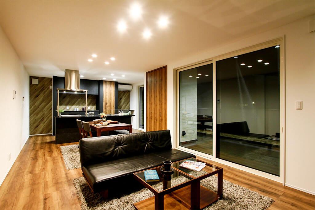 PROTH 人気の木目調シャッターのインナーガレージ 2階リビングから抜群の眺望をいつも楽しめる家