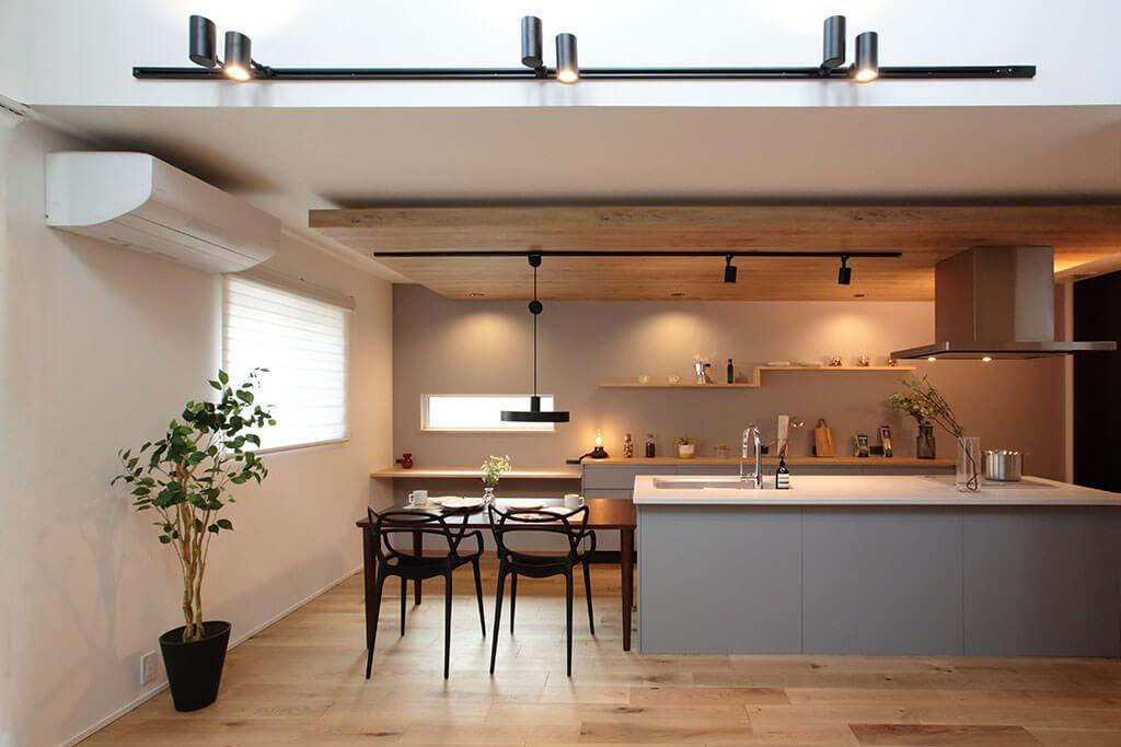 ORGA 吹き抜け&アイランドキッチンがスタイリッシュな広々LDKの家