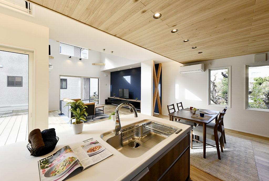 ウッドデッキ&折り上げ天井で空間が広がる、ブルックリンスタイルに仕上げたLDKの家