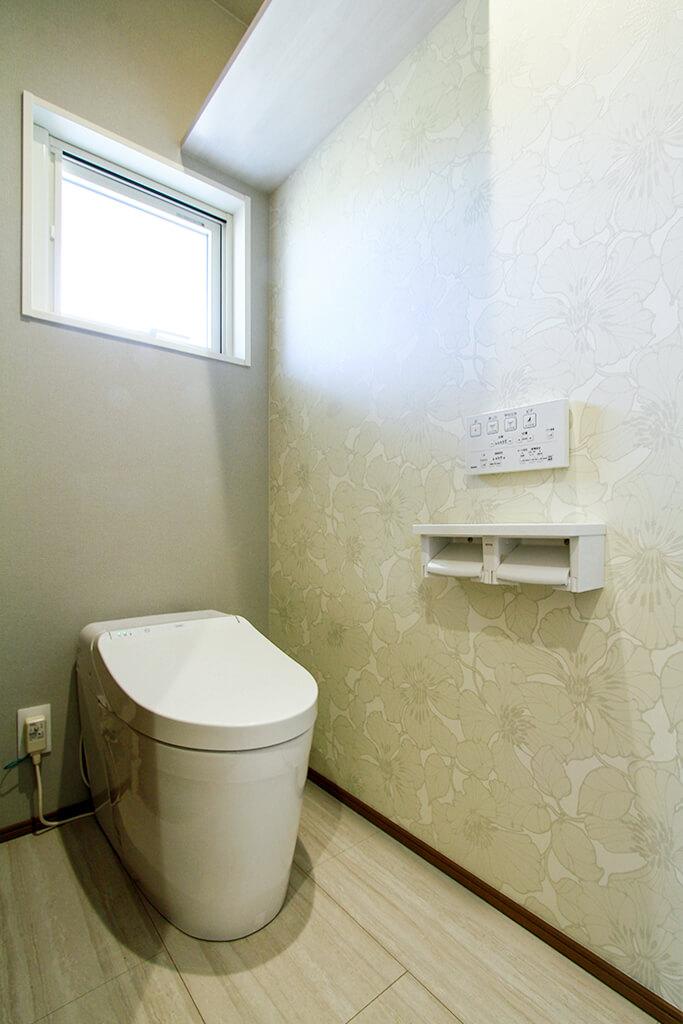 ハーバーハウスの新築 家づくり 事例「白いレンガ調にスモーキーな木目がスタイリッシュ。ファミリークローゼットのある家」