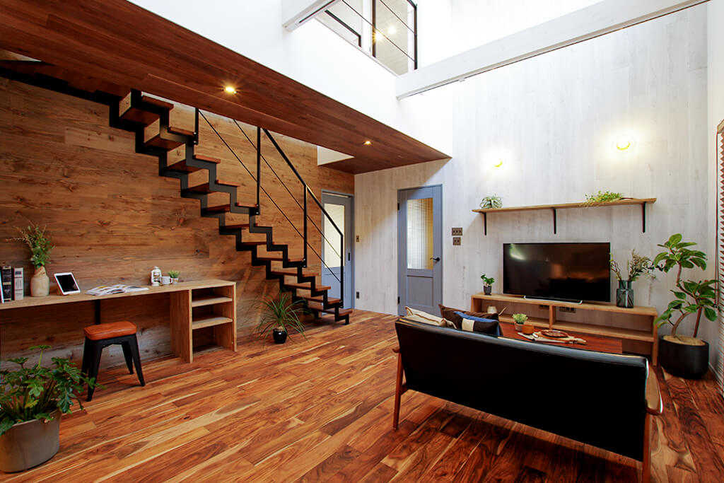 吹き抜けと鉄骨階段が暮らしにゆとりを生み出す家